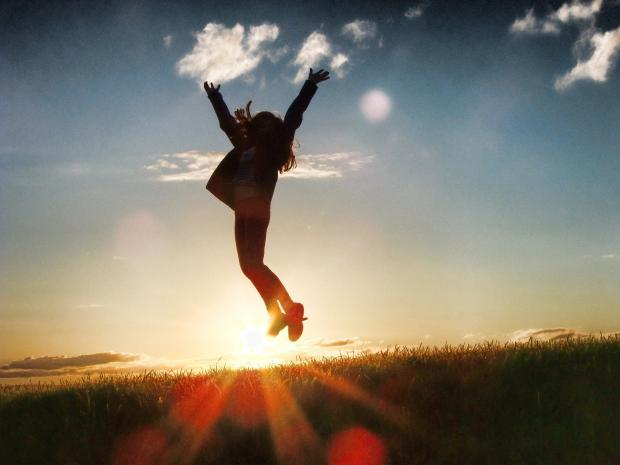 девушка в прыжке на фоне заката