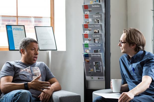 двое мужчин разговаривают