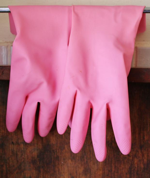 резиновые перчатки розового цвета