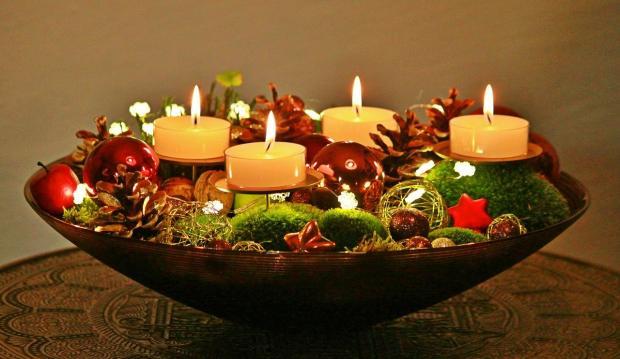на красивой тарелке оформлена декоративная композиция к Новому году и Рождеству