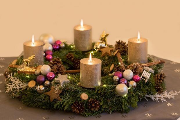 красиво оформленный рождественский венок с горящими свечами