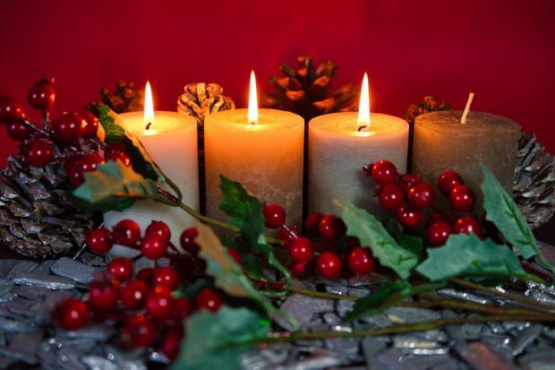 декоративная композиция на Новый год со свечами и красными ягодами