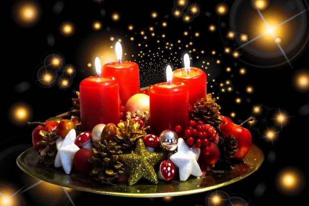 рождественская композиция на плоском блюде с горящими свечами