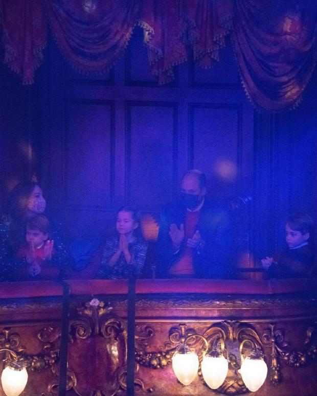 Кейи и Уильям с детьми в театре