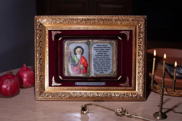 горят 3 свечи перед образом святого Андрея Первозванного