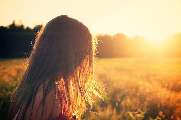 девушка на фон солнца