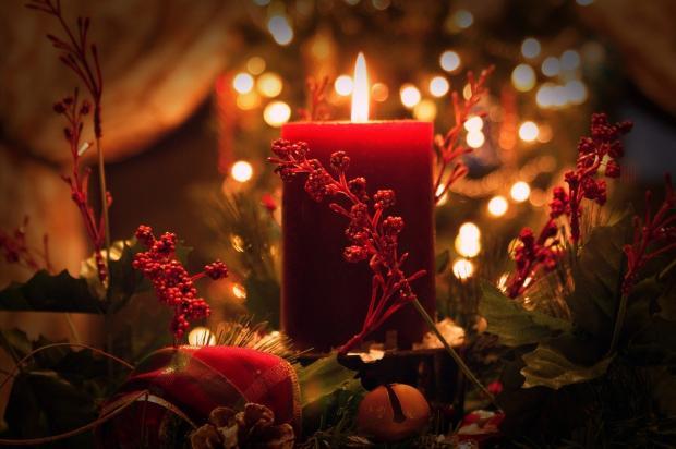 декоративная композиция с горящей красной свечой