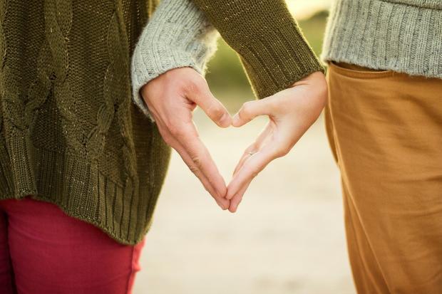 две руки скрещенные в форме сердца