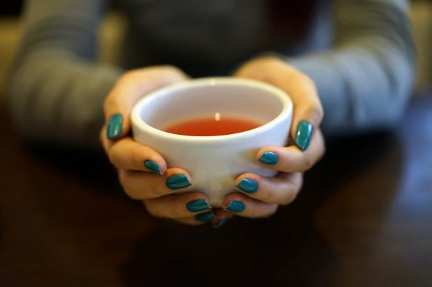 пиалка с чаем в руках