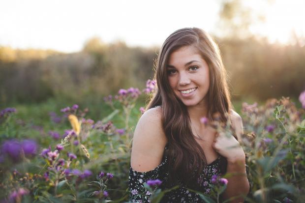 девушка улыбается на цветущем лугу