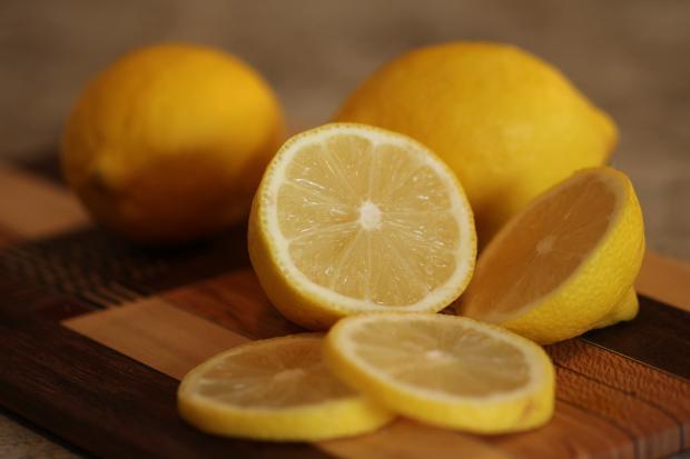 кружочки лимонов и целые плоды