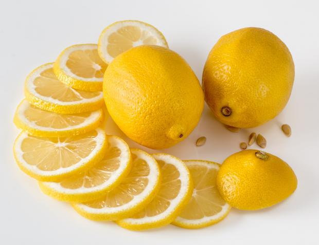 кружочки лимона и целые плоды