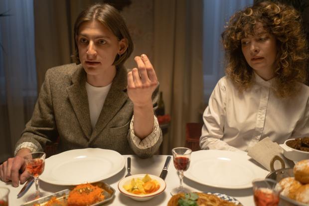 парень и девушка за праздничным столом