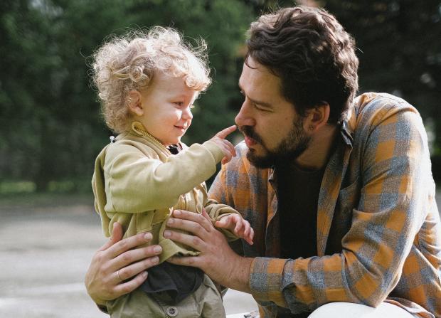 Бородатый мужчина с маленьким ребенком
