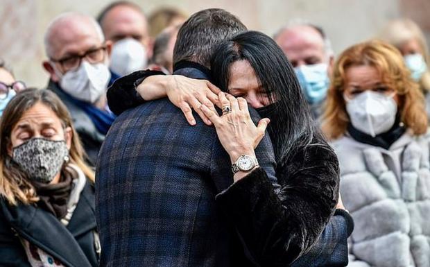 Жена Паоло Росси плачет на похоронах