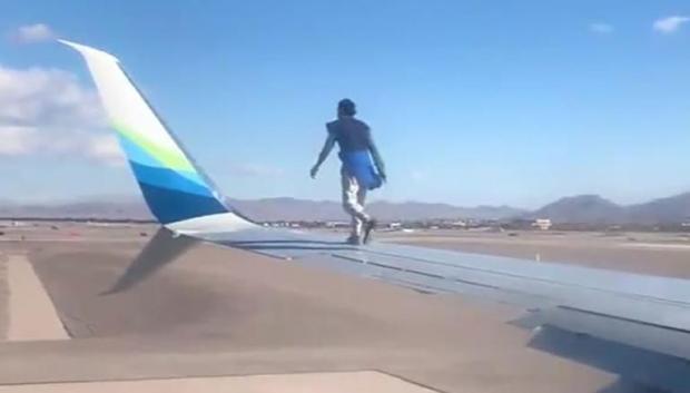Мужчина на крыле самолета