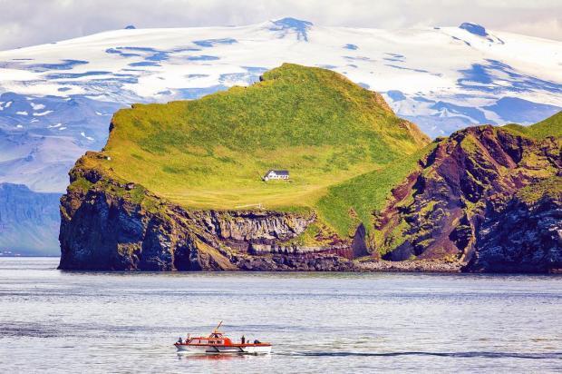 Дом на острове посреди океана