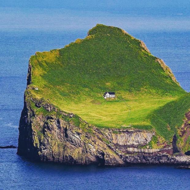 Необитаемый остров в океане
