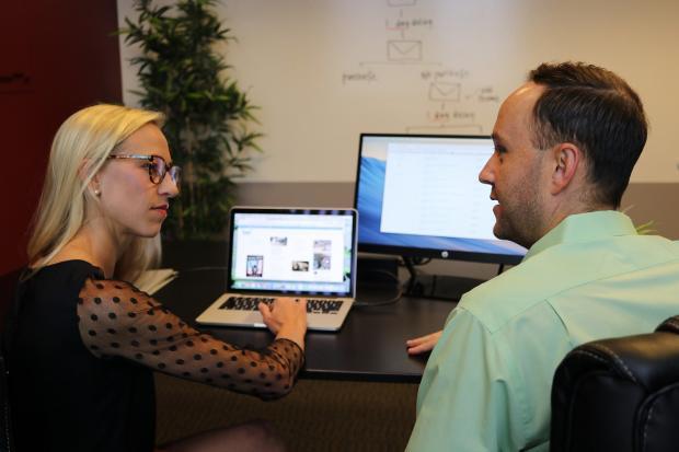 мужчина и женщина общаются перед ониторами ноутбуков
