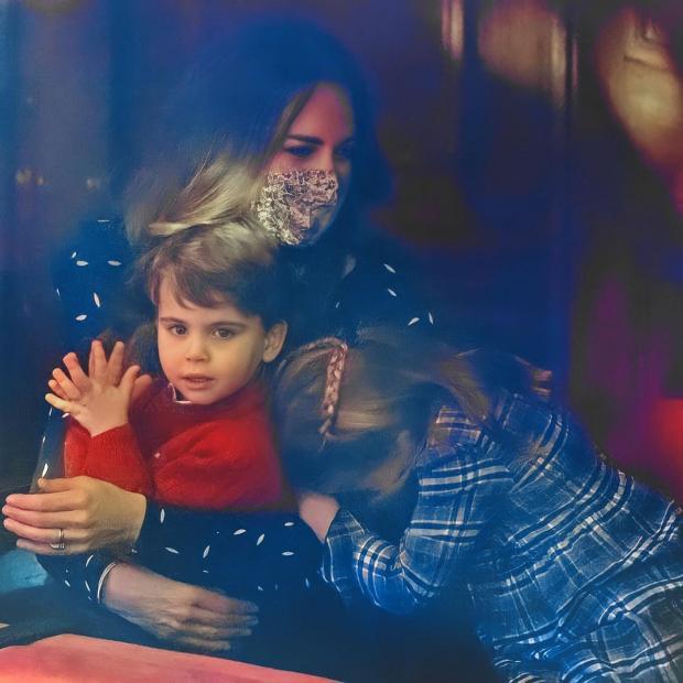 Принц Луи на руках у мамы в театре