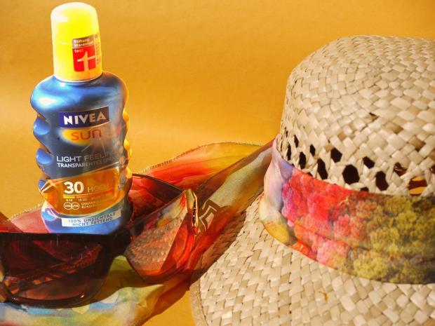 солнцезащитный лосьон, платок и шляпа