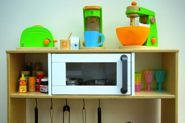 Микроволновая печь на полке