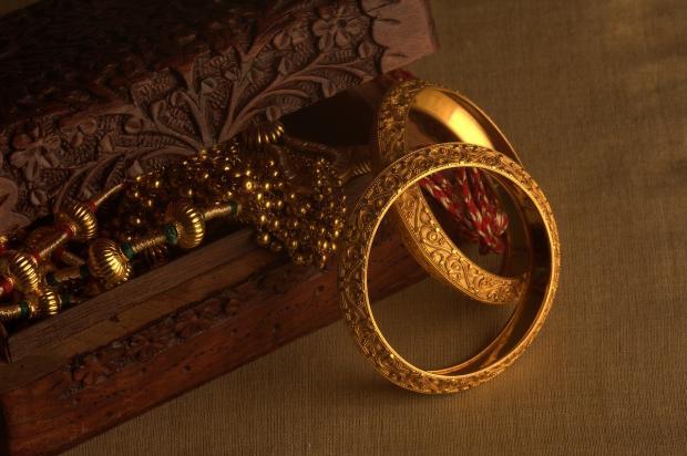 шкатулочка с золотыми украшениями