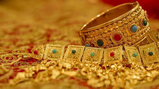 массивные золотые украшения с драгоценными камнями