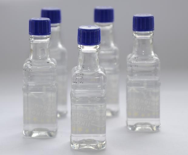 маленькие бутылочки с жидкостью