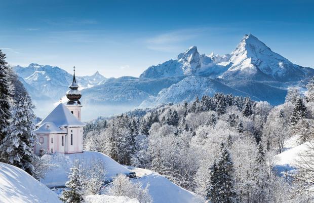 зимняя снежная дорога в горах к храму зимой