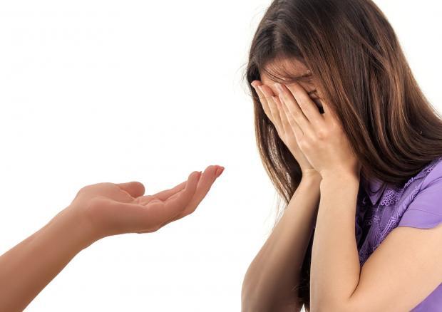 протянутая рука к девушке