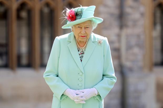Королева Великобритании Елизавета II в голубом наряде и шляпке