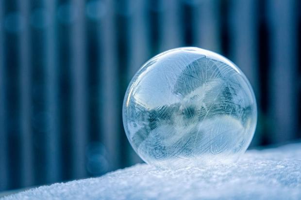 Замерзший шар на снегу