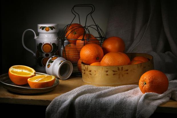 натюрморт с апельсинами в решете и металлической корзинке