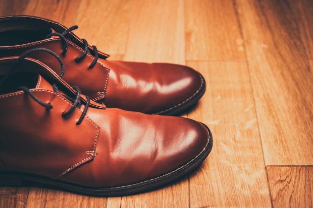 пара коричневой мужской обуви