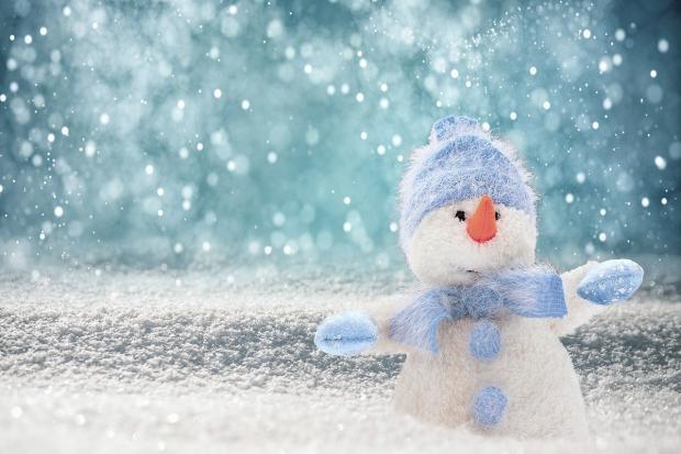 снеговичок из войлока стоит на снегу