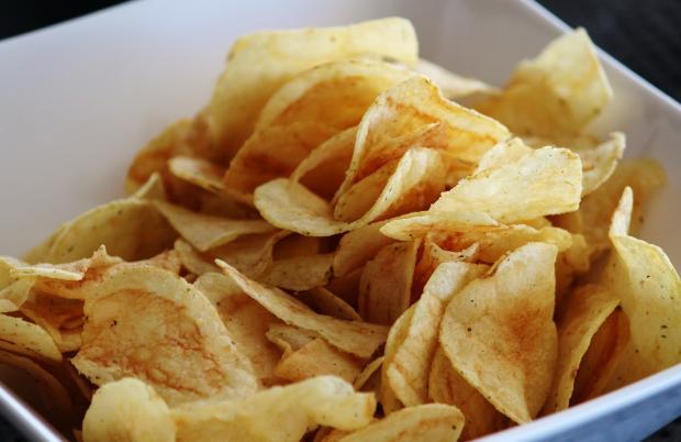 чипсы в тарелке