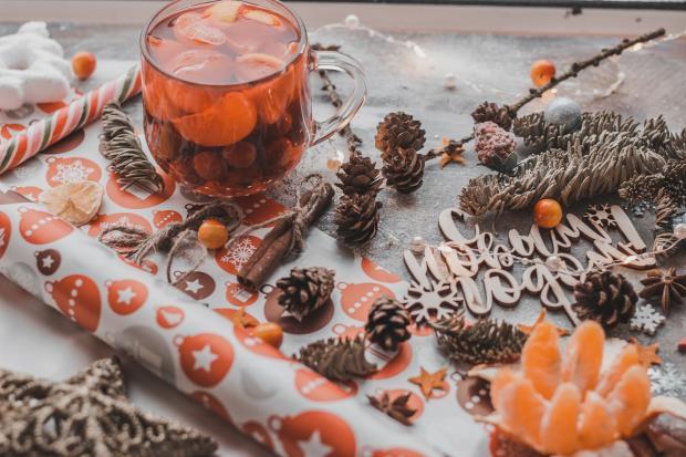 новогодний стол с напитком из мандаринов и украшениями