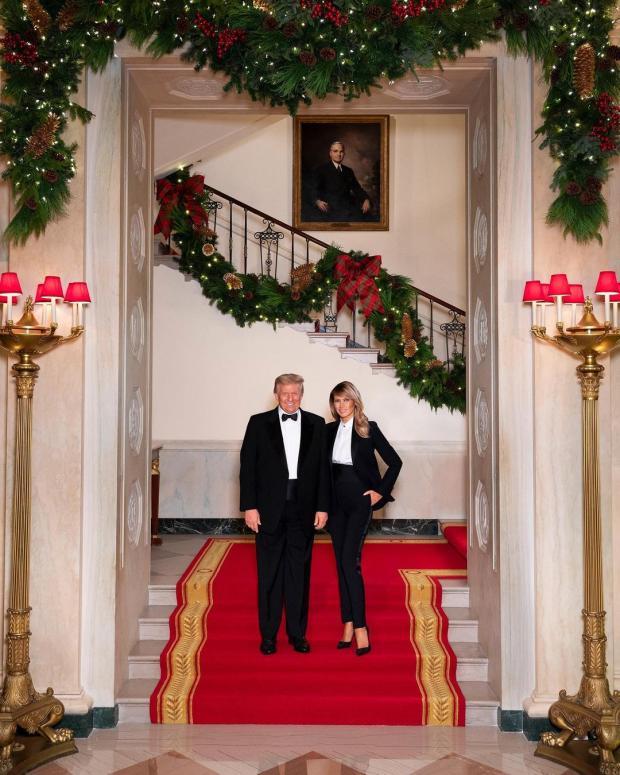 Дональд и Мелания Трамп в черных костюмах