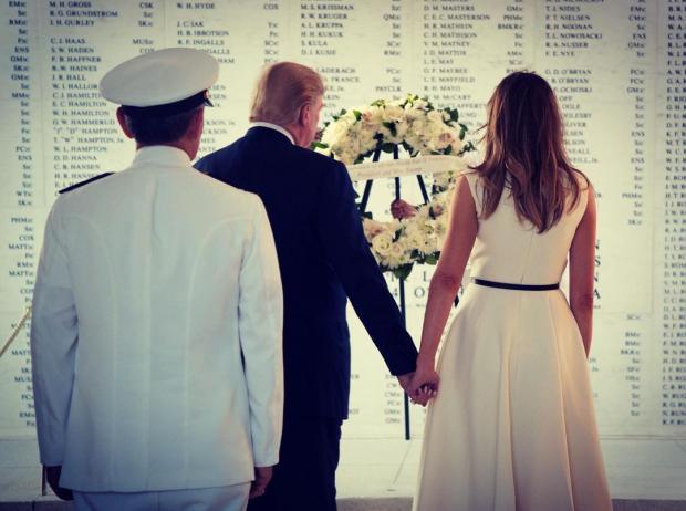 Дональд и Мелания Трамп держатся за руки