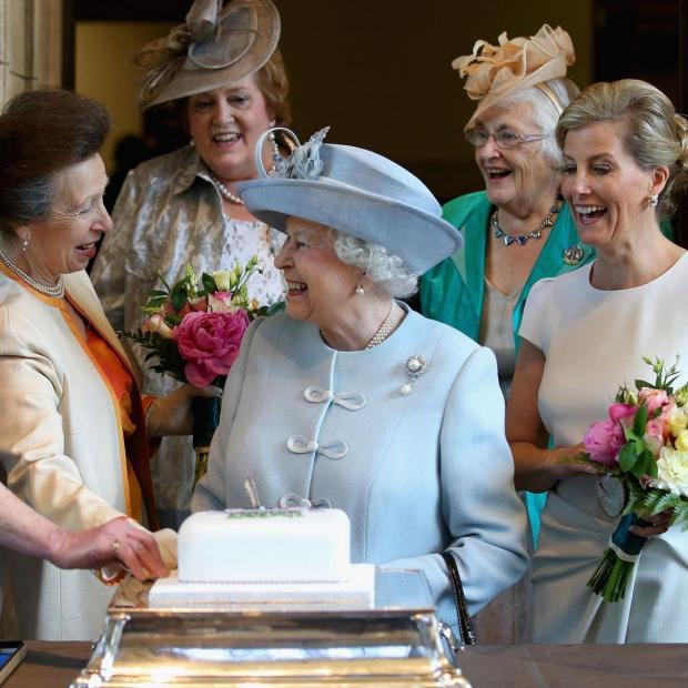 Королева Великобритании Елизавета II с дочерью, подругами и невесткой