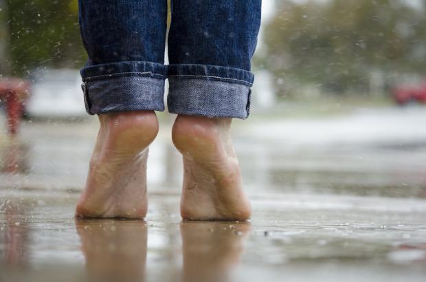 босые ноги в луже