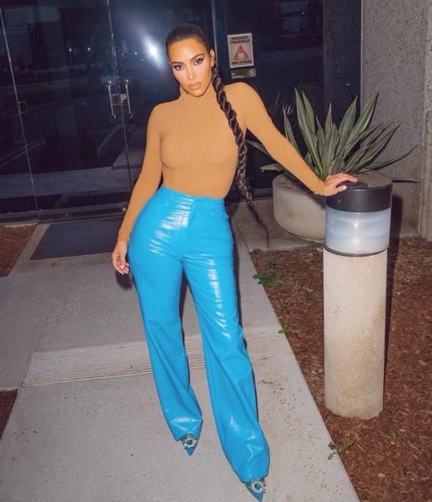Ким Кардашьян в голубых брюках и бежевом топе