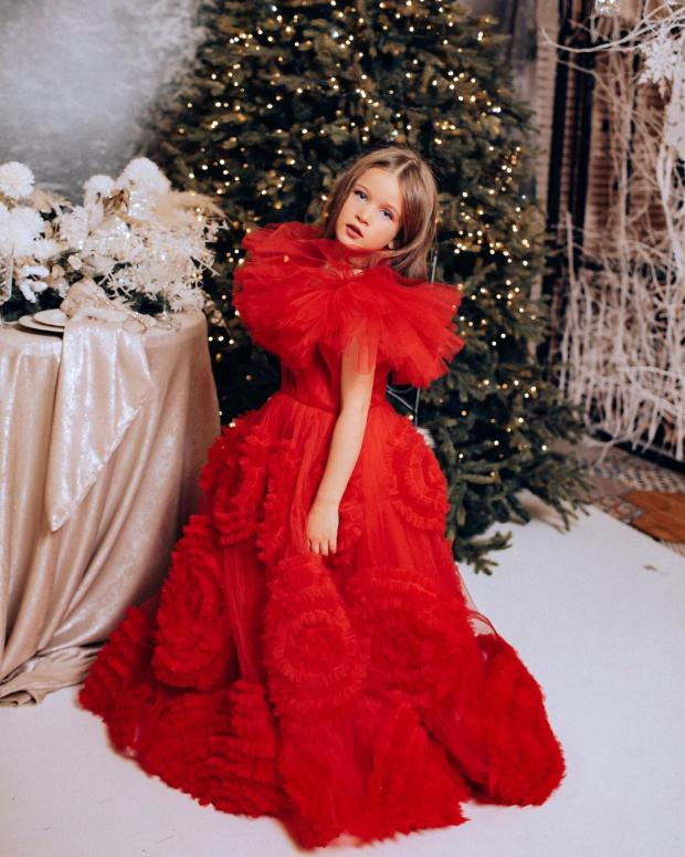 Младшая дочь Ксении Бородиной в красном платье