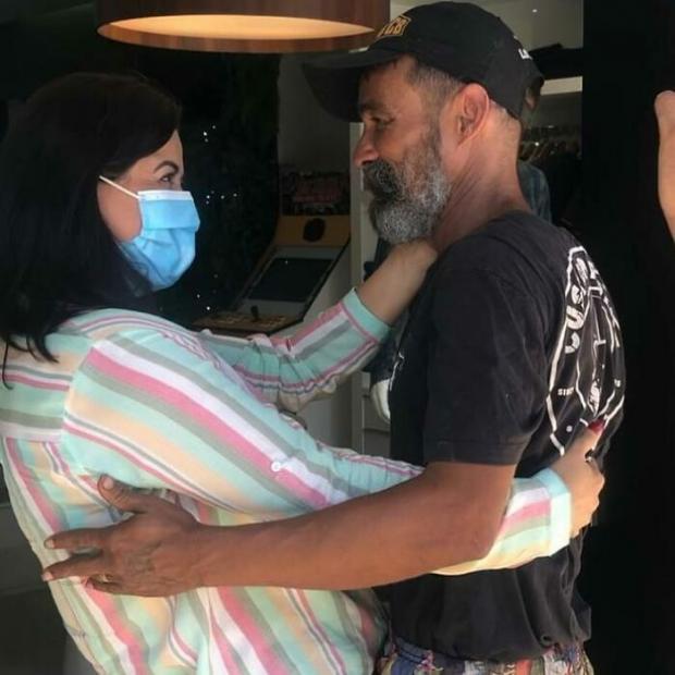 Бездомный мужчина встретил сестру