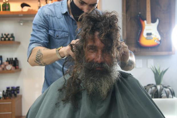 Бездомный мужчина в салоне красоты