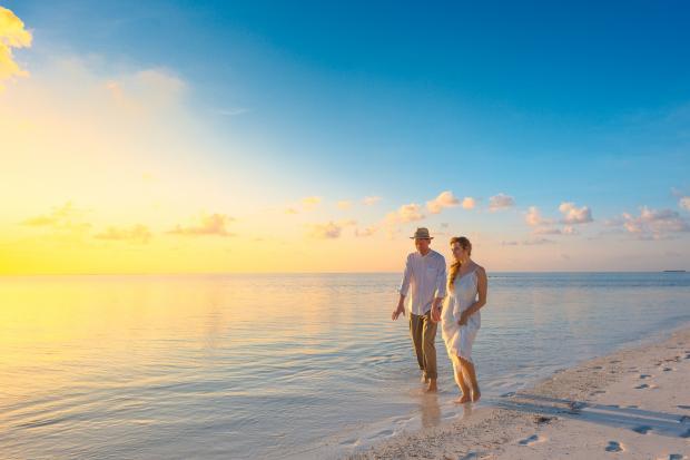Влюбленная пара на фоне моря
