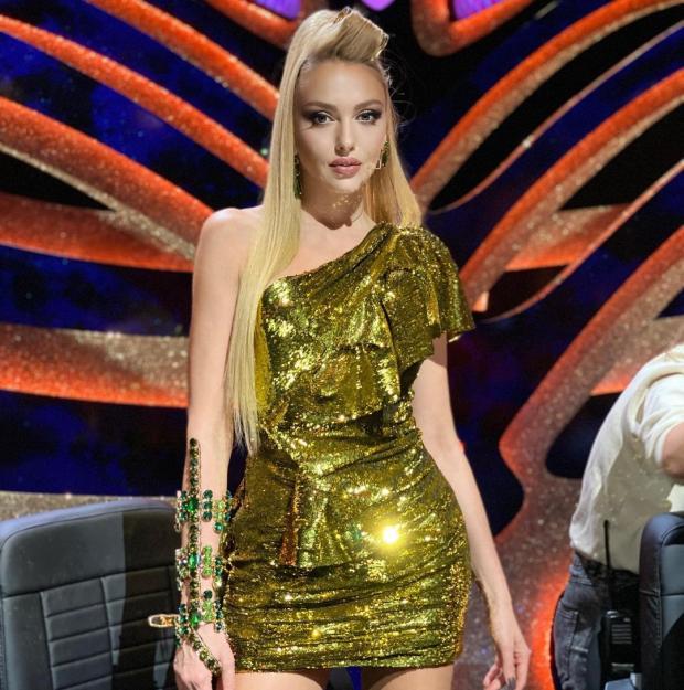 Оля Полякова в блестящем платье
