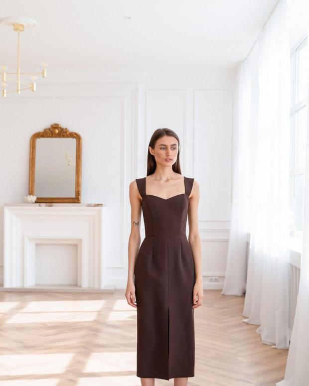 Девушка в коричневом платье