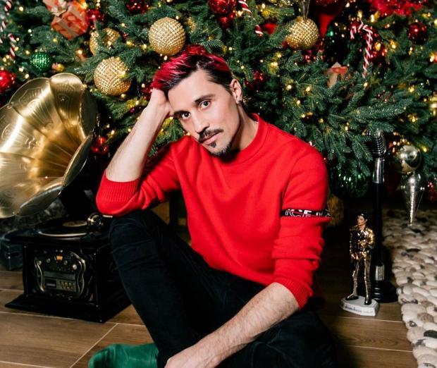 Дима Билан в красном свитере